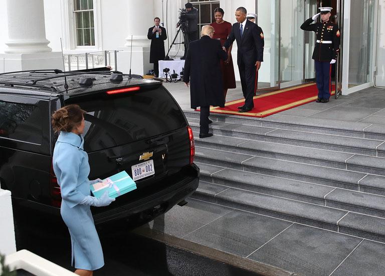 Melania Trump alig szállt ki az autóból, férje már Obamáékkal beszélgetett