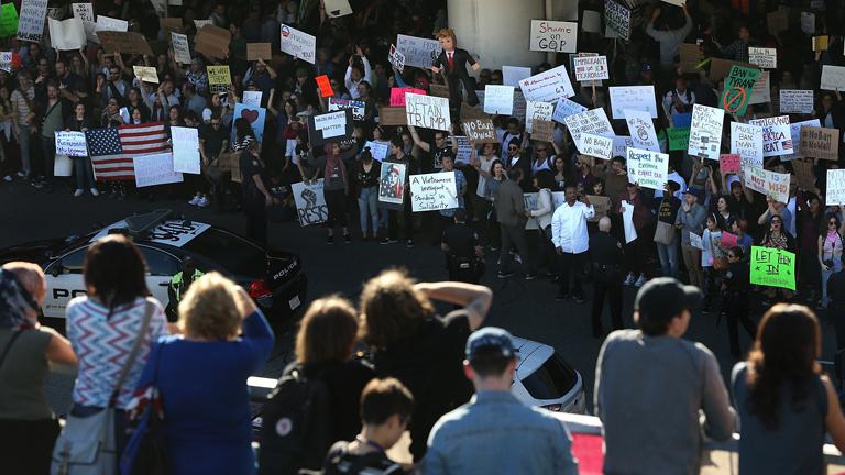 Tömegek tiltakoznak az amerikai repülőtereken Trump rendelete ellen