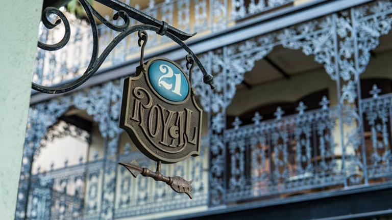 Egyedül ez a kis cégér jelzi, hol rejtőzik a titkos étterem (Fotó: Disney Resort)