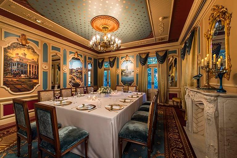 A hétfogásos menüt a Walt Disney tervei alapján készült ebédlőben tálalják (Fotó: Disney Resort)