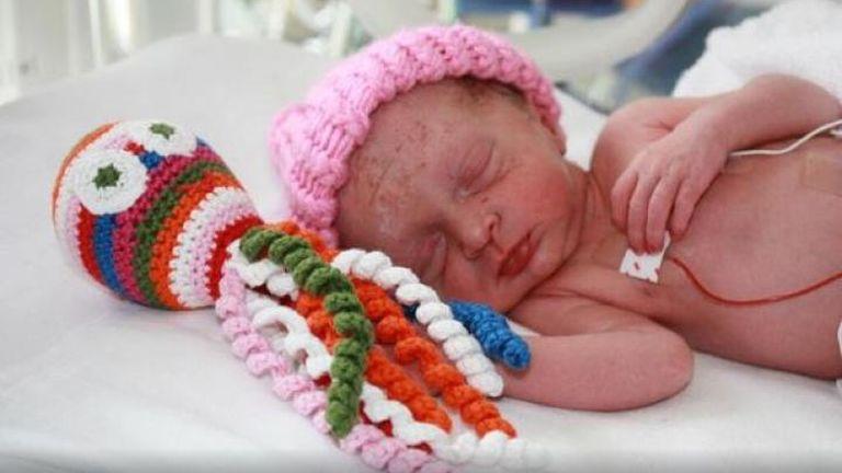 Így segítenek a pici horgolt polipok a koraszülött babáknak