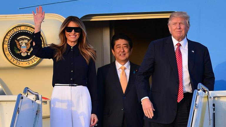 Az elnöki pár Abe Shinzo japán miniszterelnökkel Floridában