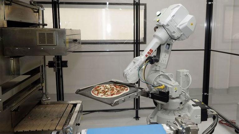 Szakács helyett robotok készítik a pizzákat (Fotó: Zume Pizza)