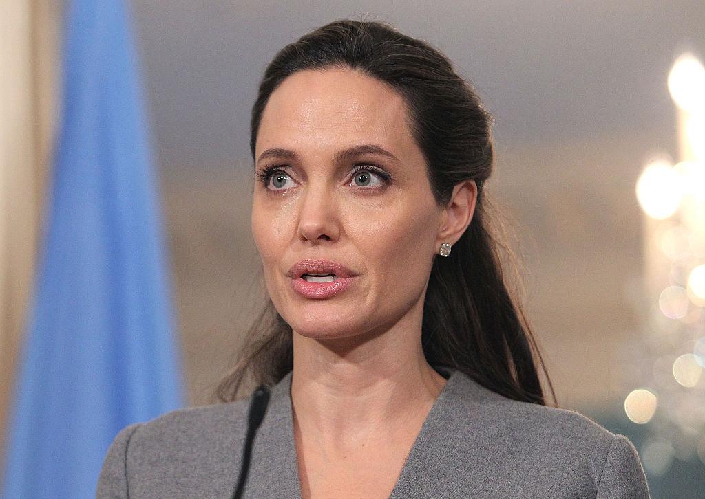 A tükör előtt még Angelina Jolie is csúnya – celebek, akik kicsit sem elégedettek a külsejükkel