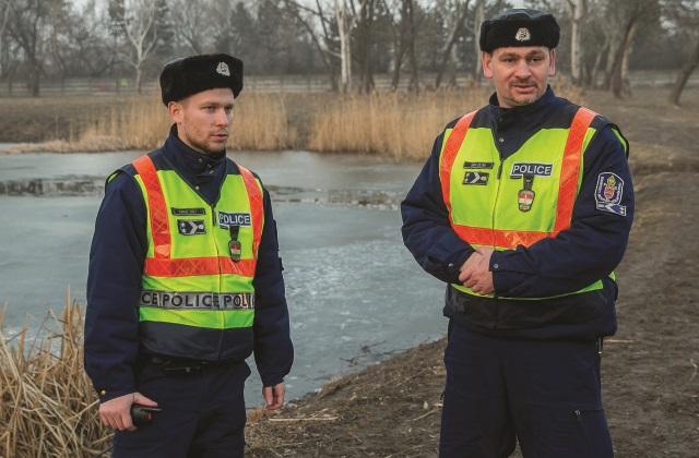 A hős rendőrök mentették meg a jeges tóba esett kislányt