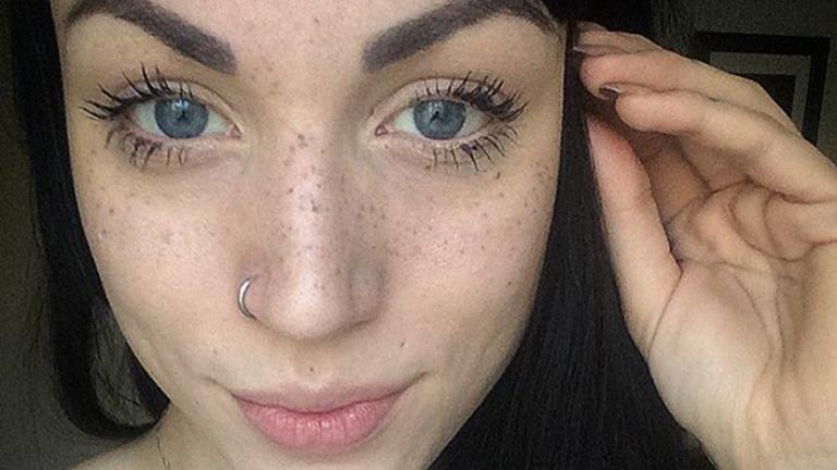 Megosztó trend: van, aki elrejti a szem alatti karikákat, van, aki inkább fest magának