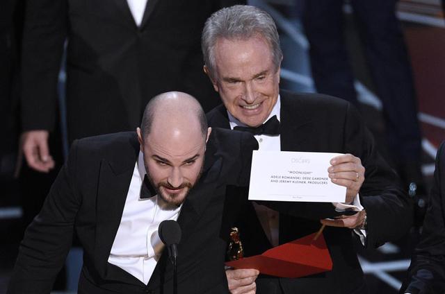 Nem rúgták ki az Oscar-borítékokat elcserélő alkalmazottakat