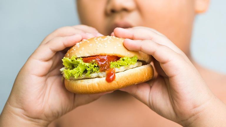A túlsúlyos szülőknek nem tűnik fel, ha el van hízva a gyerek