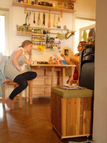 A bútornak beillő faláda nem használt holmikat, hanem gilisztákat rejt