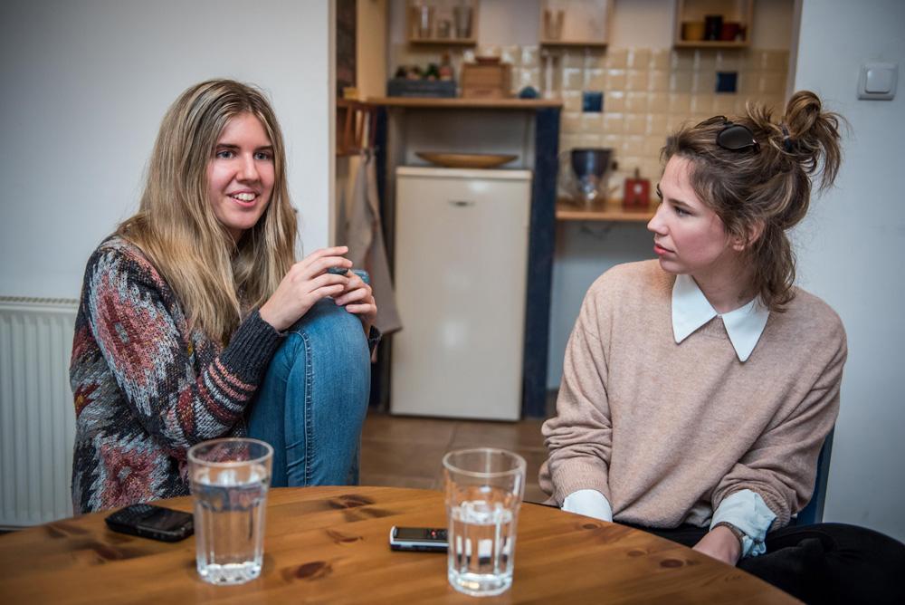 Bezzeg a mai fiatalok: Két lány, aki színészeket keres a legnagyobb magyar sikerfilmekhez
