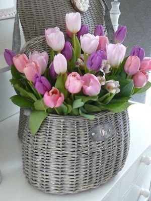 Fonott kosárkában is remekül mutat a színes tulipán. Minimalista, vintage stílusú lakásban is tökéletesen megállja a helyét!