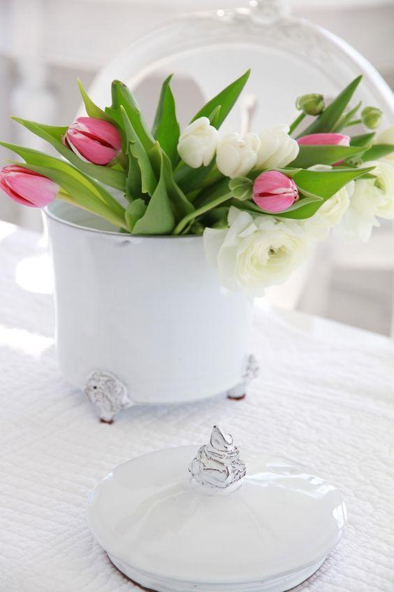 Miért tennéd tulipánodat egy egyszerű vázába, ha kéznél van a nagyi porcelánja is?