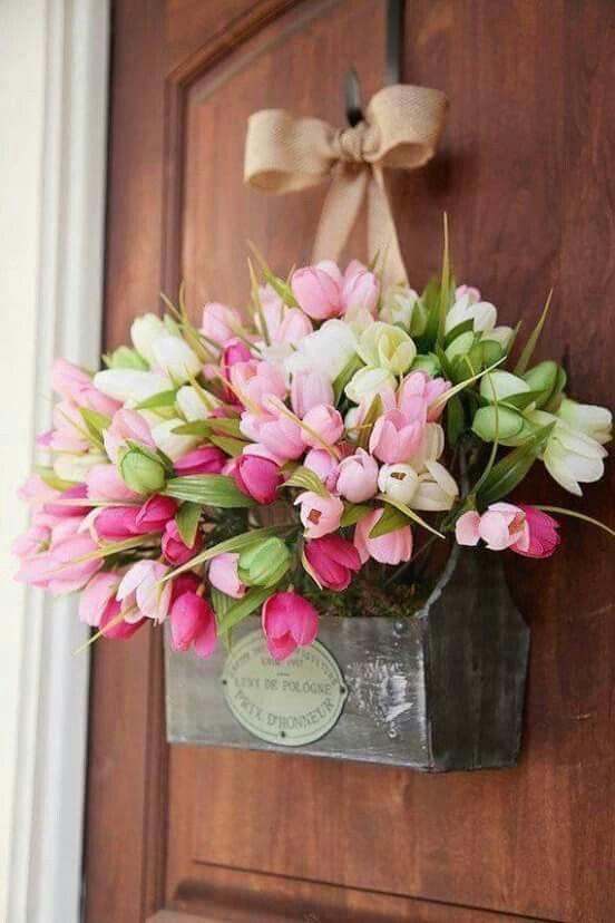 Ha valami igazán frappáns, színes és kicsit bolondos tavaszi ajtókopogtatót szeretnél idén, akkor újíts be tulipánnal!