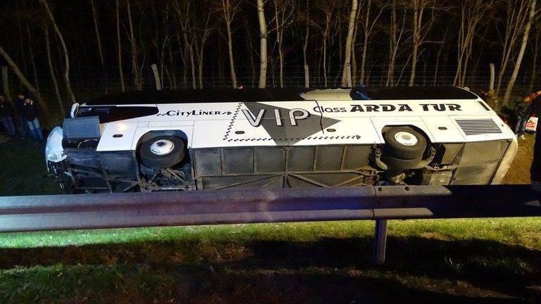 Súlyos buszbaleset az M5-ösön