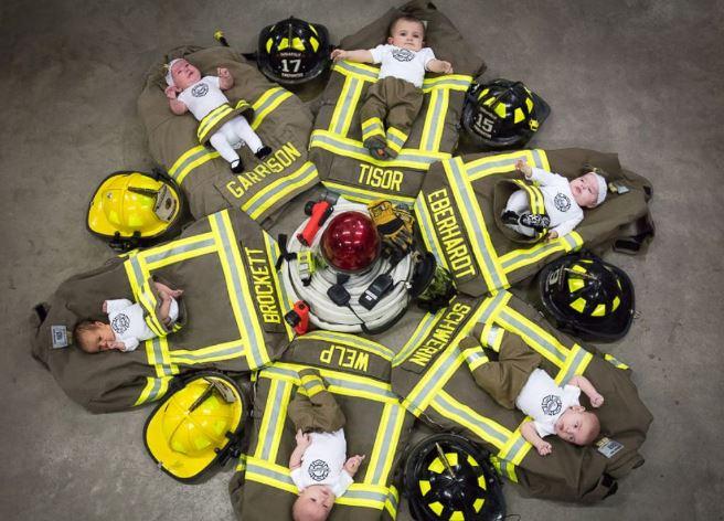 Csodás fotóval ünnepli a tűzoltóegység, hogy hat munkatársuk is apa lett