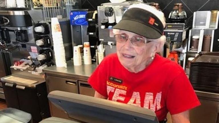40 éve McDonald's-ban dolgozik a 94 éves nő, és nem tervez felmondani