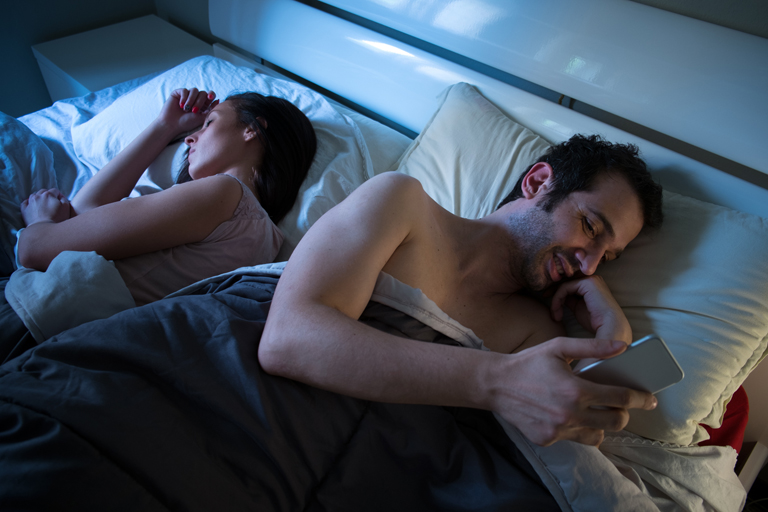 Online hűtlenség: Így csal meg a párod a Facebookkal