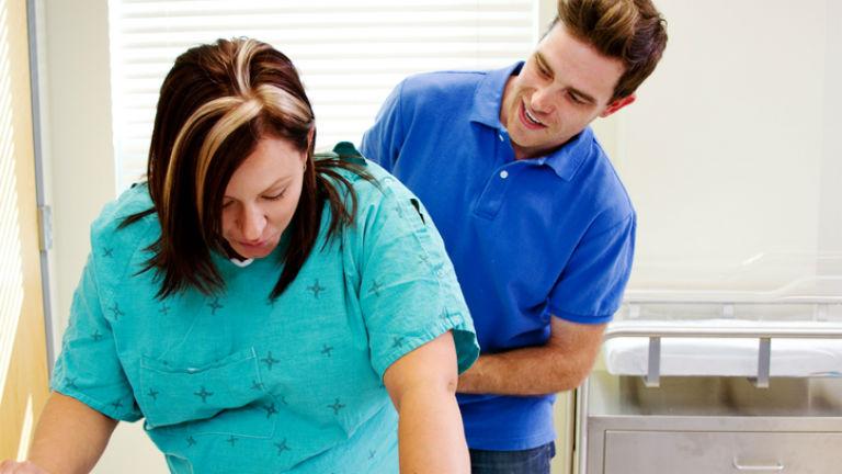 Kitiltaná a szülőszobából az apákat egy nőgyógyász, a vajúdó kismamák érdekében