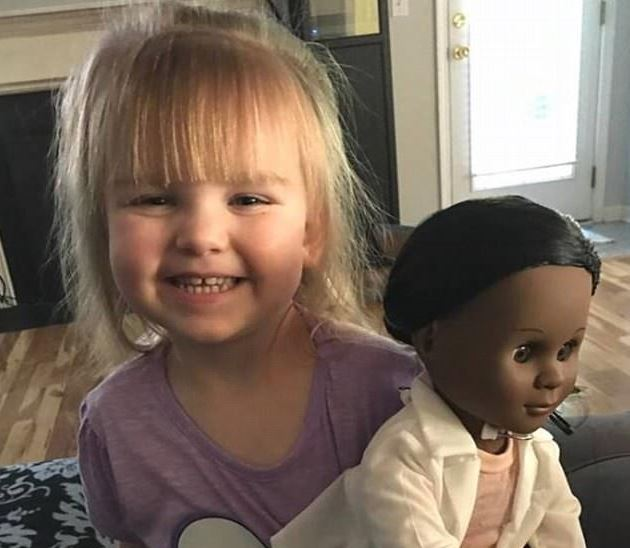 Helyre rakta a pénztárost a kétéves, miután beszólt a fekete babájára