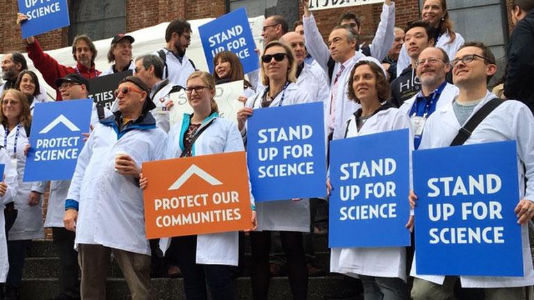 Tudósok és kutatók tüntettek Donald Trump tudományos politikája ellen (Fotó: Tumblr)