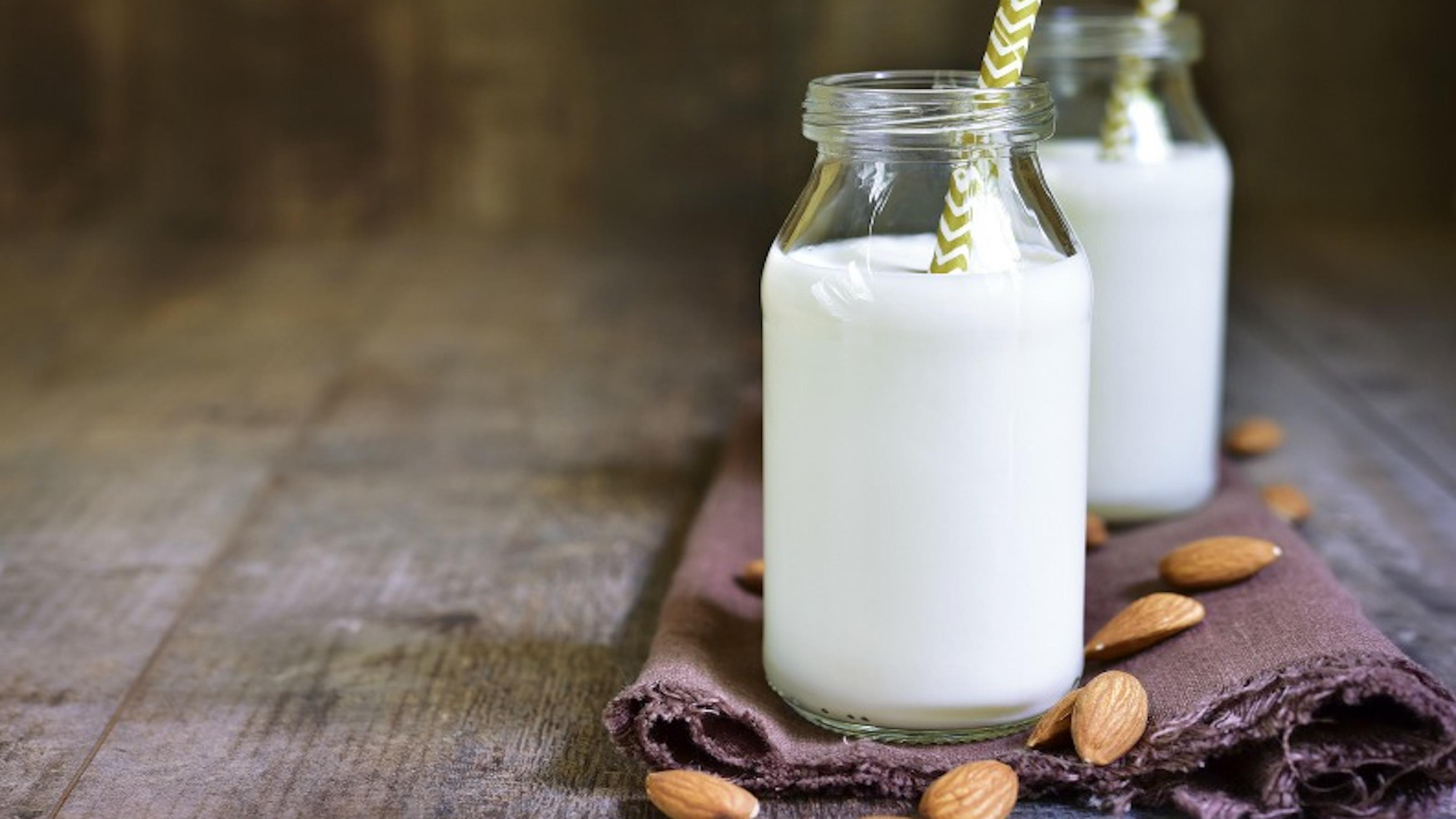 Ilyen egyszerűen készíthetsz növényi tejeket házilag