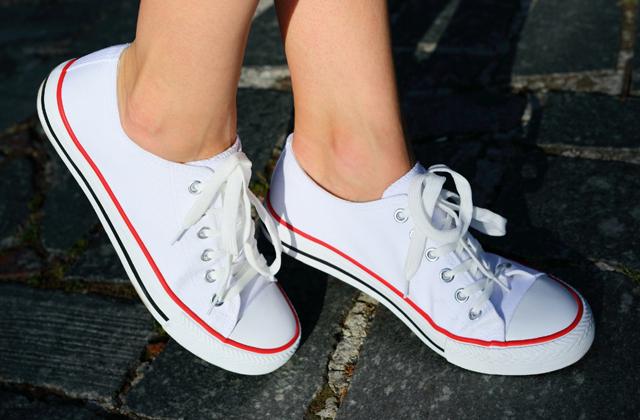 Így tartsd tisztán a fehér tornacipőd!