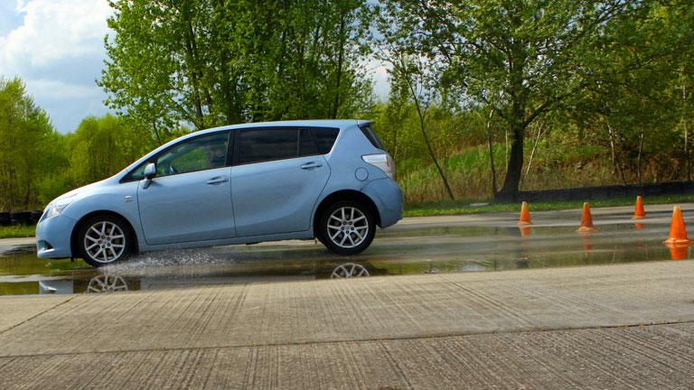 """Vészfékezés vizes felületen - jól látható, ahogy az autó """"előrebólint"""" az erőhatástól (Fotó: Szörényi András/Vezess.hu)"""