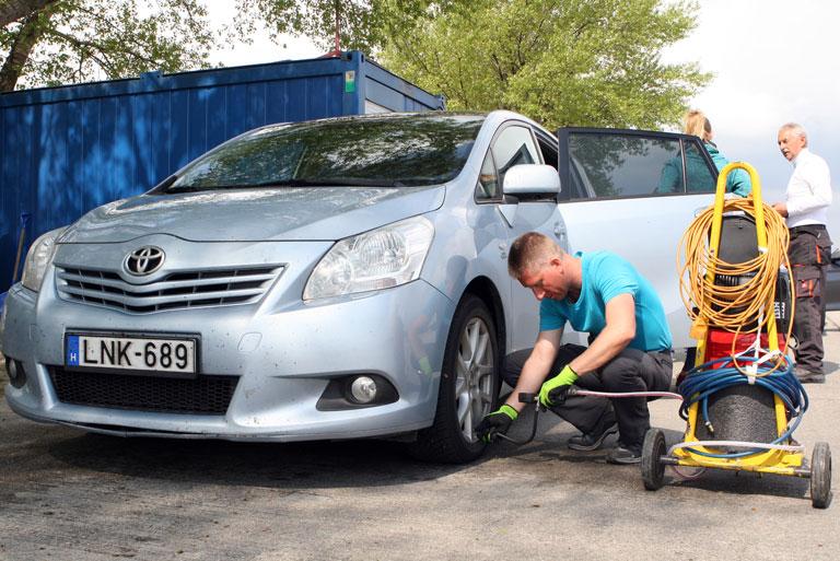Az autót is fel kellett készíteni a tréning megkezdése előtt - a megfelelő guminyomás a tanksapka belsejéről olvasható le (Fotó: Szörényi András/Vezess.hu)