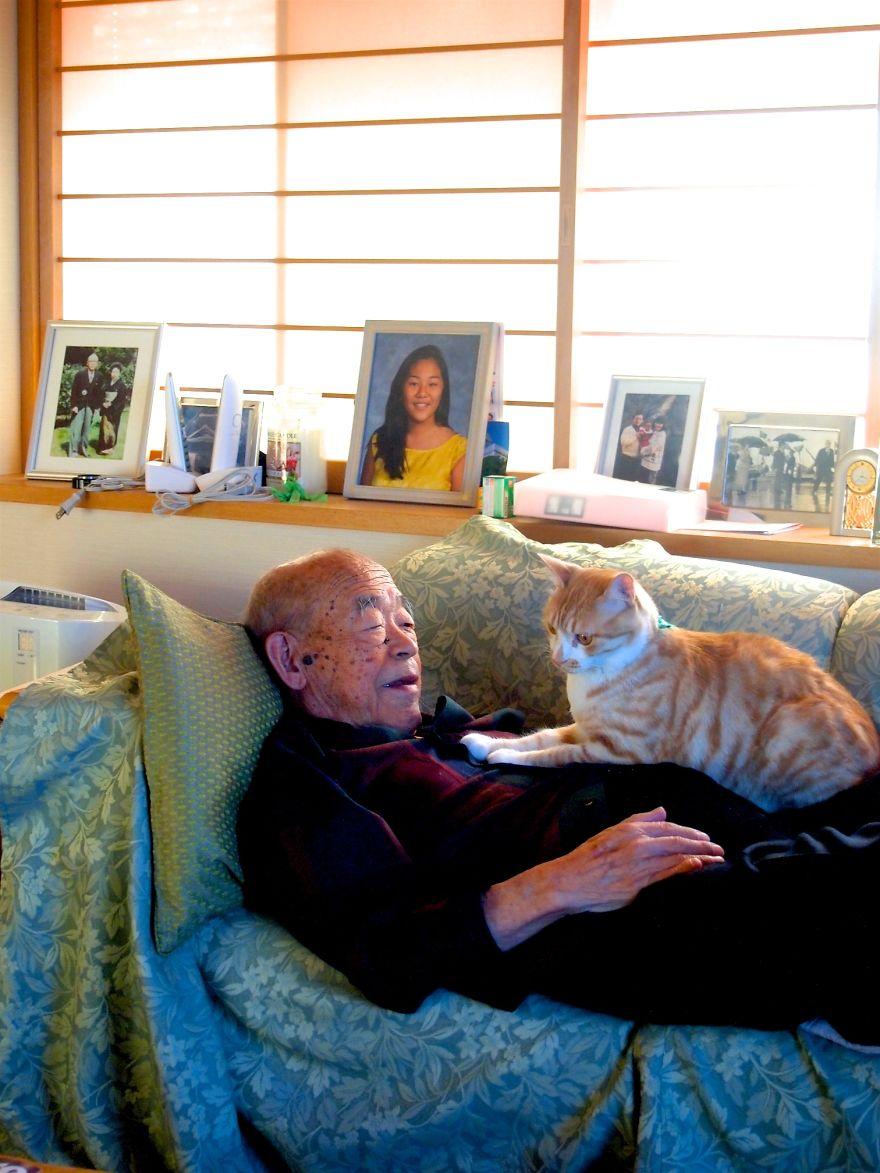 Teljesen felforgatta a beteg nagypapa életét a macska - megható fotók