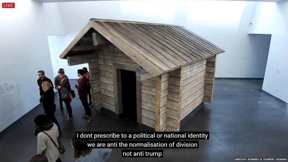 A kunyhó a múzeumban, ahonnan üzenni lehet LaBeoufnek