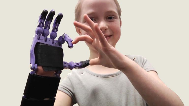 Az e-NABLE mozgalom szimbóluma a kezek által formált szív (Fotó: enablingthefuture.org)