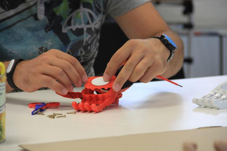 1500 forintból és egy kis önkéntességből készülnek a 3D-nyomtatott kezek (Fotó: e-NABLE Magyarország/Facebook)