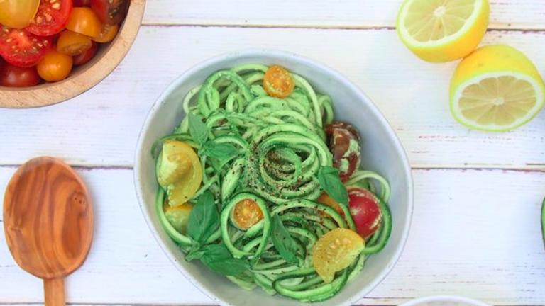 Könnyű ebéd, amit a munkába is magaddal vihetsz: avokádópestós cukkinitészta