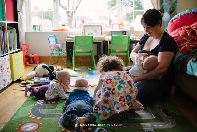 Ilyen az, amikor két anya szoptatja a négy gyerekét - fotók