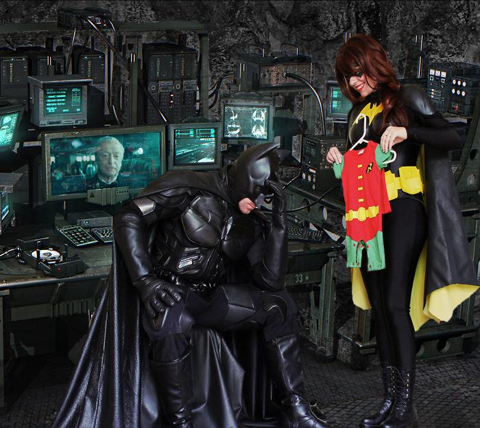 Batmanes fotókkal jelentette be a terhességet egy fiatal pár - most az egész net őket imádja