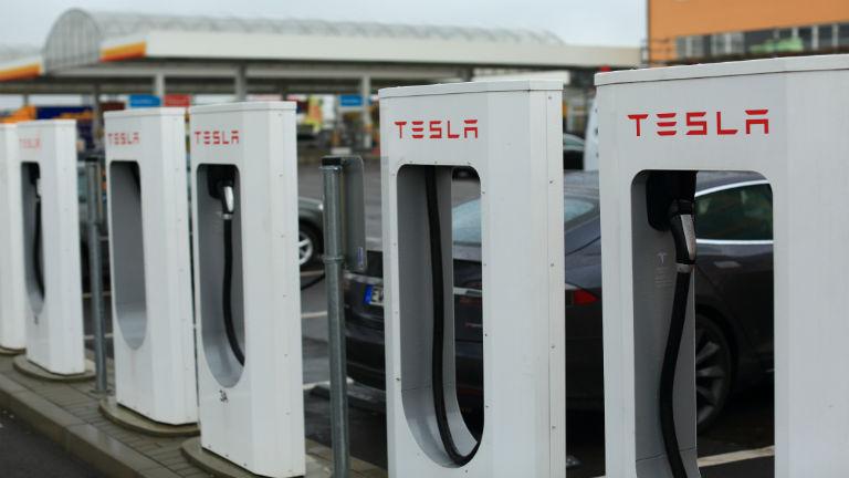 Szupertöltőt hoz Magyarországra a Tesla
