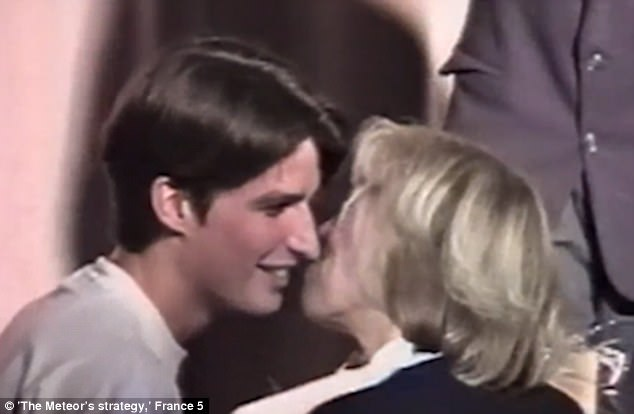 A 15 éves Emmanuel Macron puszit ad 40 éves tanárnőjének (Fotó: France 5)