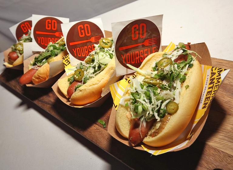 Fehér kesztyűs kolbászos szendvics: így született meg a hot dog