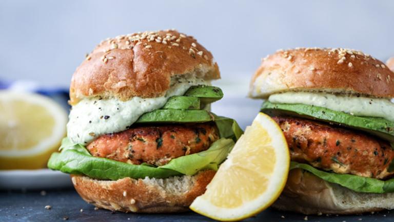 Isteni lazacburger joghurtos-avokádós szósszal
