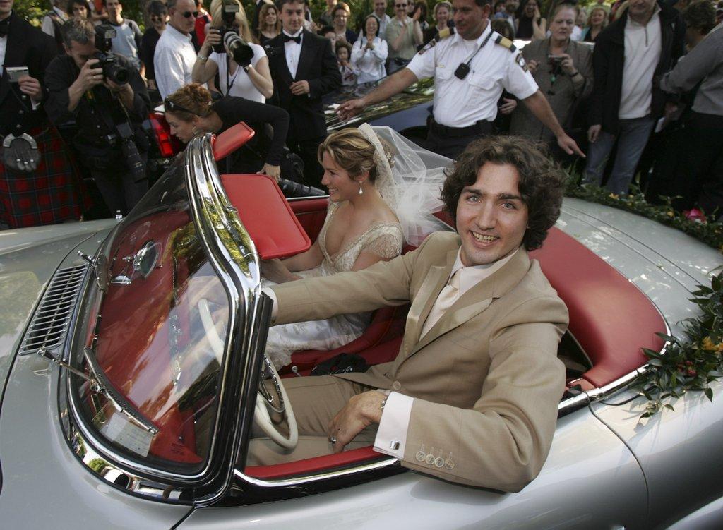 Az esküvői fotóin tényleg Disney-hercegnek néz ki a kanadai miniszterelnök