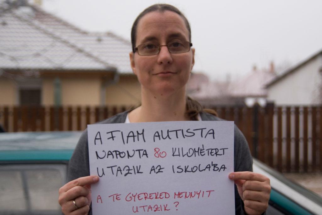 Forrás: Mozaik Közhasznú Egyesület Az Autizmussal Élő Emberekért. A képen az egyesület vezetője, Kapitány Imola látható.