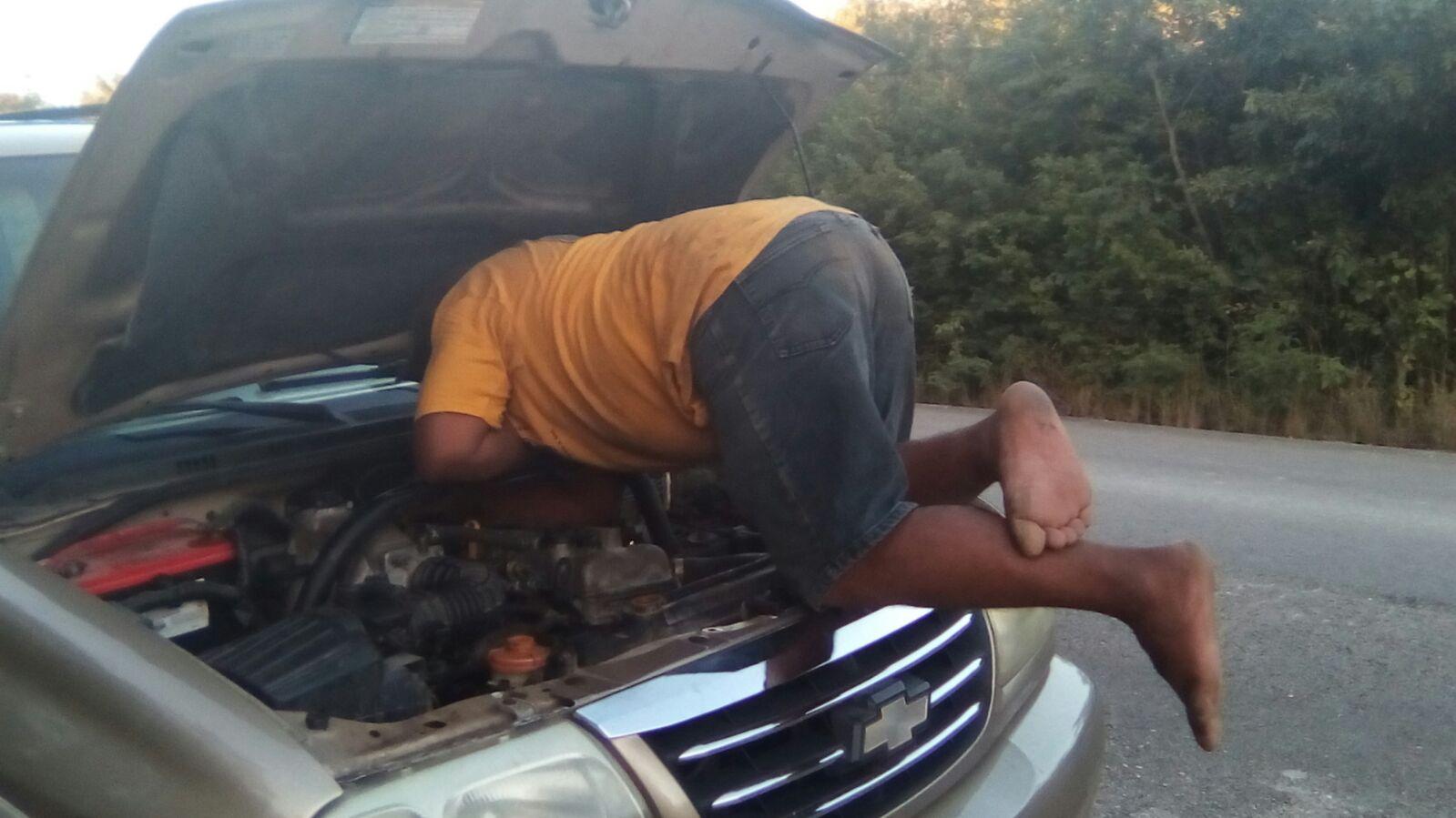 Egy részeg helybéli javítja Bea lerobbant autóját. Sikeresen.