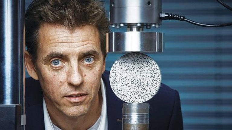 Hendrik Jonkers, az egyetem kutatója az öngyógyító beton szilárdságát teszteli (Fotó: tudelft.nl)