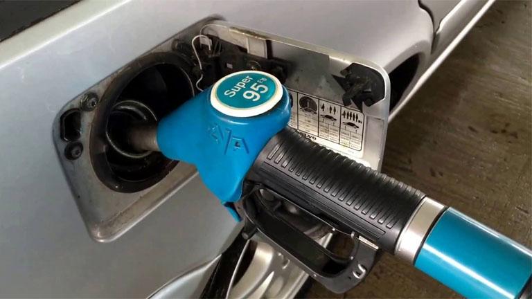 2 forinttal drágul a 95-ös benzin