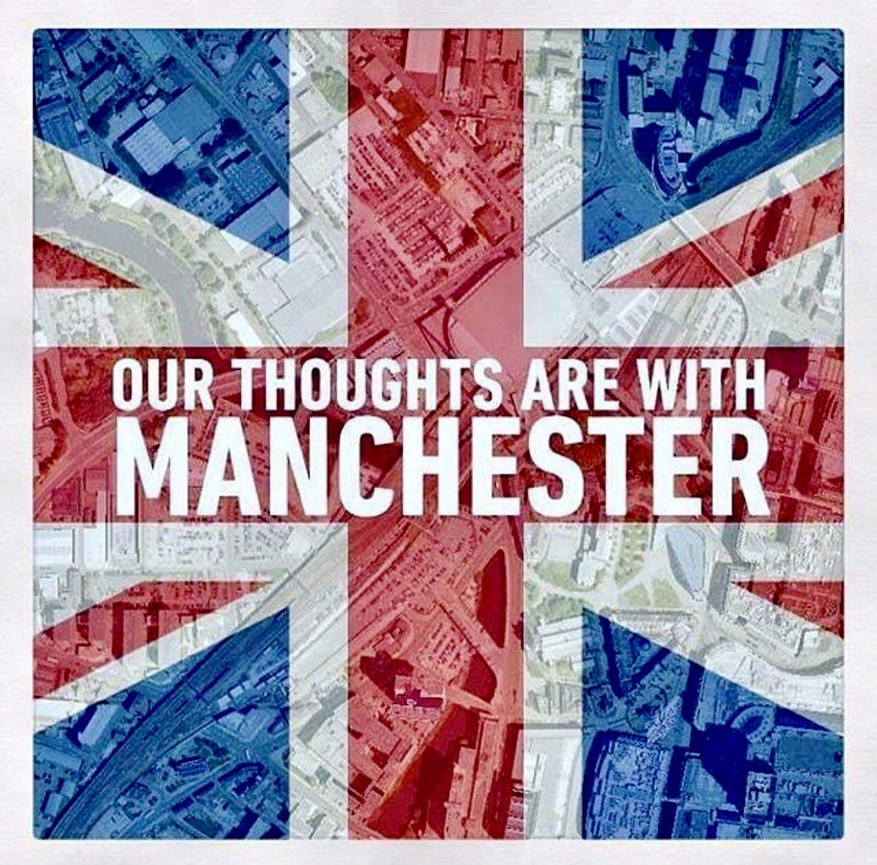 Ariana Grande a robbantás után összeomlott - Manchesternek üzentek a többiek is