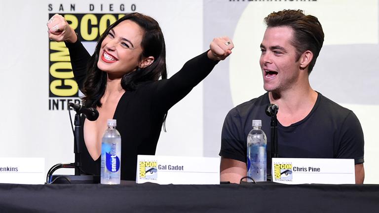 A Csodanő és Kirk kapitány, vagyis Gal Gadot és Chris Pine a tavalyi Comic Con egyik paneljén (Fotó: Getty Images)