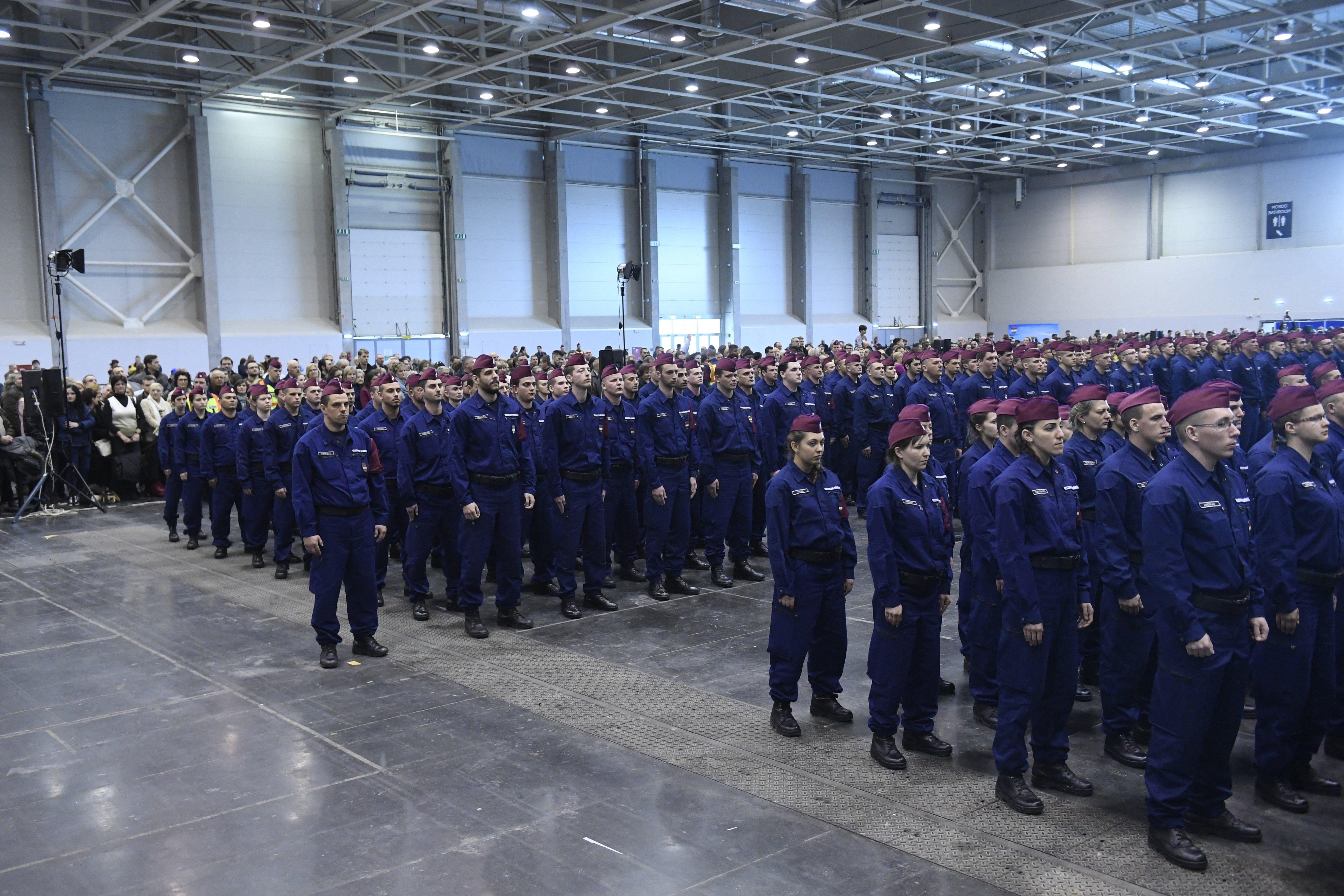 A határvadászképzés második és harmadik ütemében kinevezett tiszthelyettesek az ünnepélyes eskütétel előtt a budapesti Hungexpón. MTI Fotó: Koszticsák Szilárd