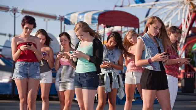 Az állandó okostelefonozás miatt az emberek nincsenek igazán jelen a társaság életében (Fotó: Tumblr)