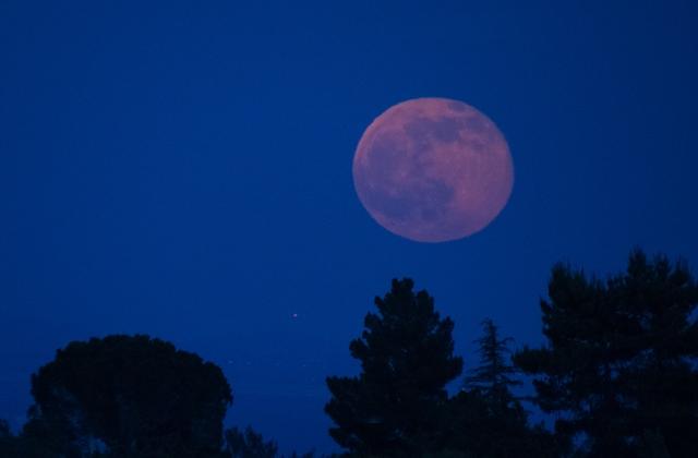 Feszültségeket is hozhat a pénteki eperhold a csillagjegyeknek