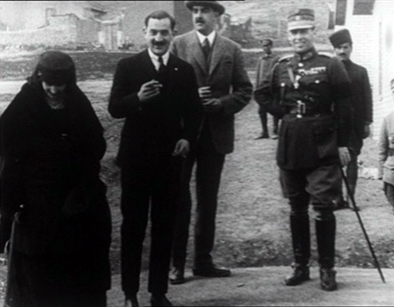 A szó szerint a sírig hűséges Rudi báró (középen, szivarral), a görög királyi pár társaságában (Fotó: Icrc.org)